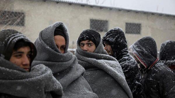 Avrupa'nın güneyinde soğuk kendini iyiden iyiye hissettirirken, binlerce sığınmacı kar yağışından korunmak için boş depolara veya terk edilmiş binalara sığınıyor. - Sputnik Türkiye