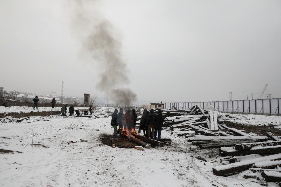 Sırbistan hükümeti sığınmacıları devlete ait kamplara gitmeye çağırsa da, yardım kuruluşları bu kampların tamamen dolu olduğunu belirtiyor.