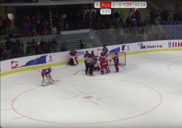Rus ve Çek buz hokeyi maçında bayan sporcuların kavgası kamerada