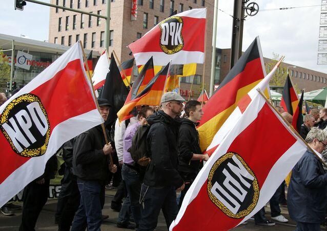 NPD taraftarı göstericiler Berlin'de yürüyüşte (Arşiv)
