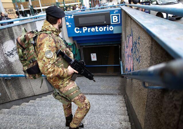 İtalya'daki depremlerin ardından başkent Roma'da metrodakiler tahliye edildi.