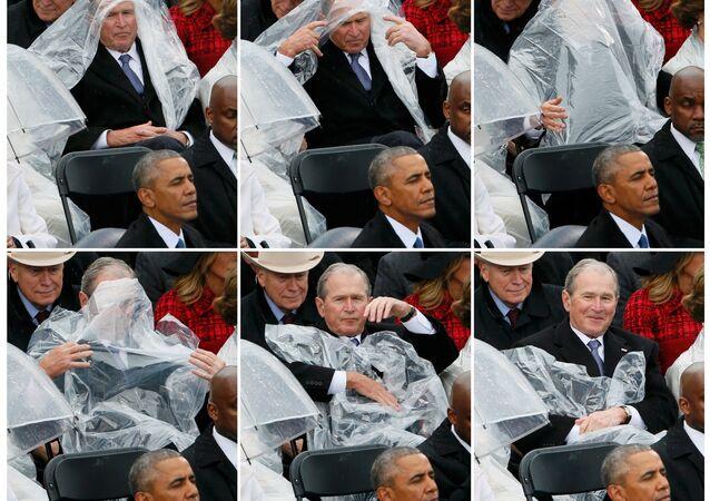 Görevi 2009'da Barack Obama'ya devreden Bush ise yağmurdan korunmak için başına örttüğü muşambayla fotoğrafçıların ilgisini çekti.