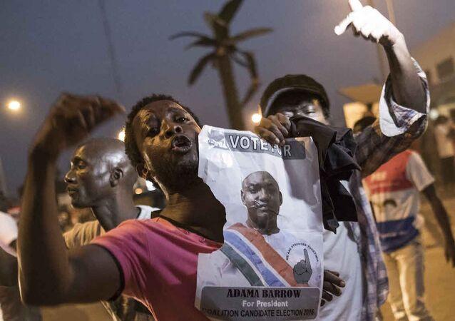 Gambiya'da seçilmiş balkan Adama Barrow'un destekçileri sokakta