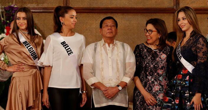 Duterte, Malacañang Sarayı'nda ağırladığı güzellerle fotoğraf çektirirken memnuniyetini gizlemedi.