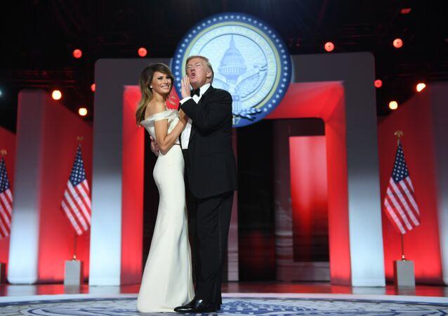 ABD Başkanı Donald Trump ve First Lady Melania Trump, 20 Ocak'taki göreve başlama töreninin ardından gerçekleştirilen baloda dans ediyor.