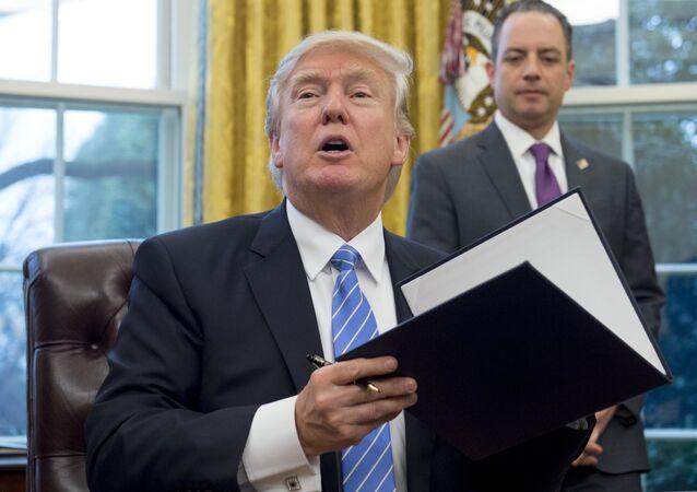 ABD Başkanı Donald Trump kararname imzalıyor