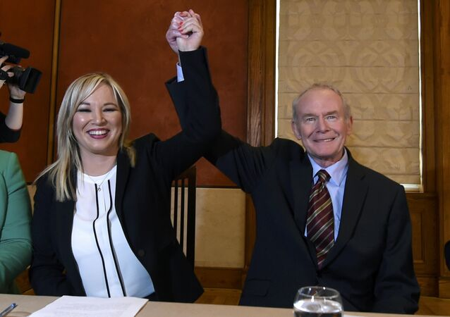 Michelle O'Neill (solda) ve Martin McGuinness