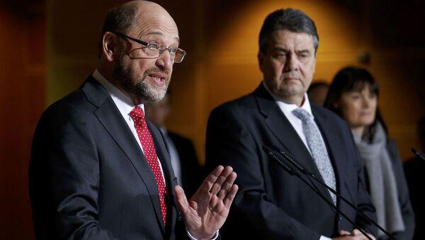 SPD Genel Başkanı Sigmar Gabriel ve eski AP Başkanı Martin Schulz - Sputnik Türkiye