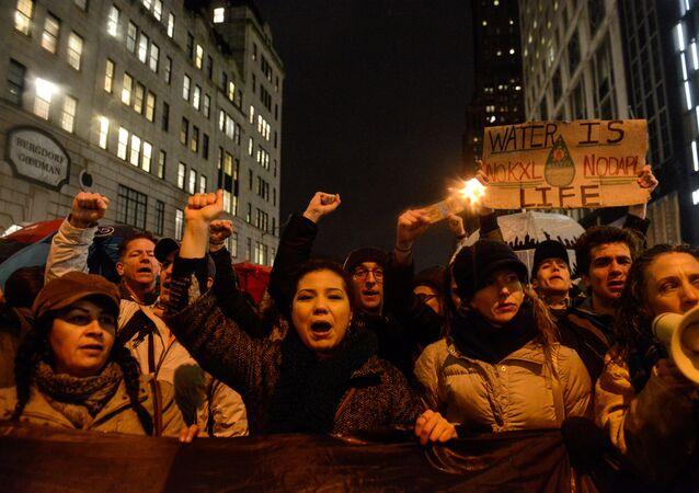 Trump'ın Kuzey Dakota ve Keystone XL boru hatlarının yapımını onaylaması New York'ta protesto edildi