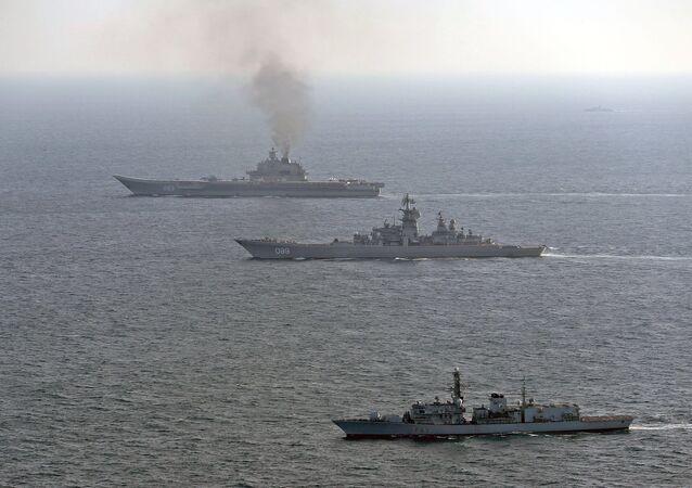 HMS St Albans'ın eşlik ettiği Pyotr Velikiy and Amiral Kuznetsov savaş gemileri