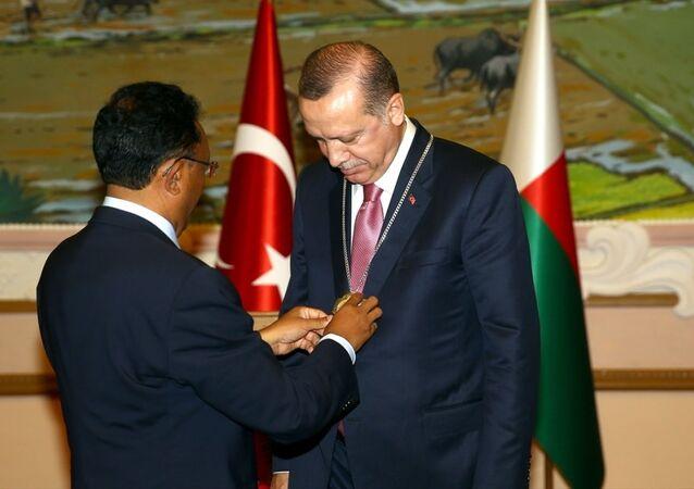 Madagaskar Cumhurbaşkanı Hery Rajaonarimampianina, Cumhurbaşkanı Recep Tayyip Erdoğan'a Madagaskar Devlet Yüksek Nişanı takdim etti.