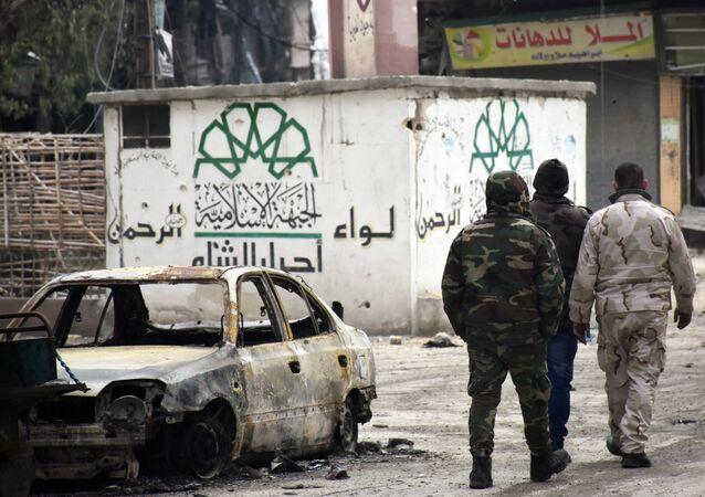 Suriye askerlerinin geri aldığı Halep'teki bir binanın duvarında yer alan Ahrar'uş Şam amblemi