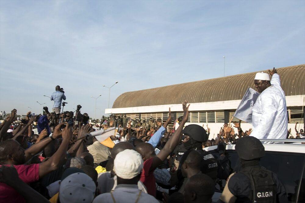 Gambiya'nın yeni Devlet Başkanı Adama Barrow ülkesine döndü.