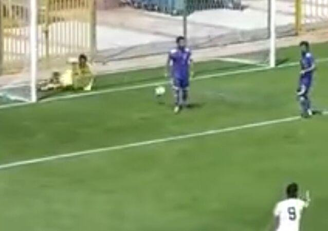 Golü kurtaran kalecisini kutlayan futbolcu kendi kalesine gol attı / Video haber