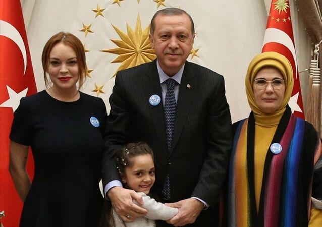 Cumhurbaşkanı Recep Tayyip Erdoğan ve eşi Emine Erdoğan, Cumhurbaşkanlığı Külliyesi'nde ABD'li ünlü oyuncu Lindsay Lohan ile Suriyeli Bana Alabed'i kabul etti.