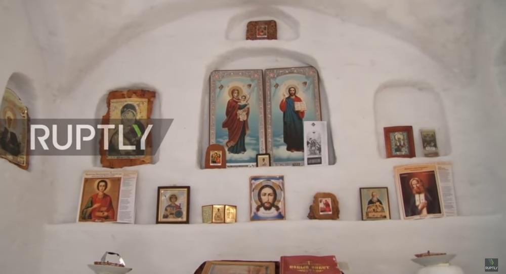 Sibirya'nın Omsk köyünde inşa edilen kardan Ortodoks kilisesi