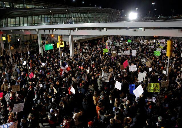 Trump yönetiminin vize sınırlaması kararı New York'taki John F. Kennedy havalimanında yüzlerce kişi tarafından protesto edildi