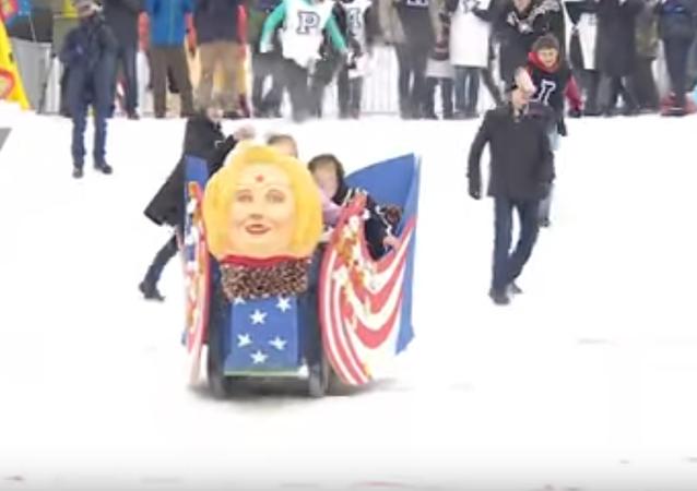 Rusya'da gerçekleştirilen bir kızak yarışında ABD seçimlerinin galibi 'Donald Trump'lar mağlubiyete uğrayan Hillary Clinton biçiminde bir kızakla kaydı.