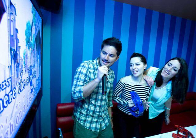 Karaoke yaparak eğlenen insanlar