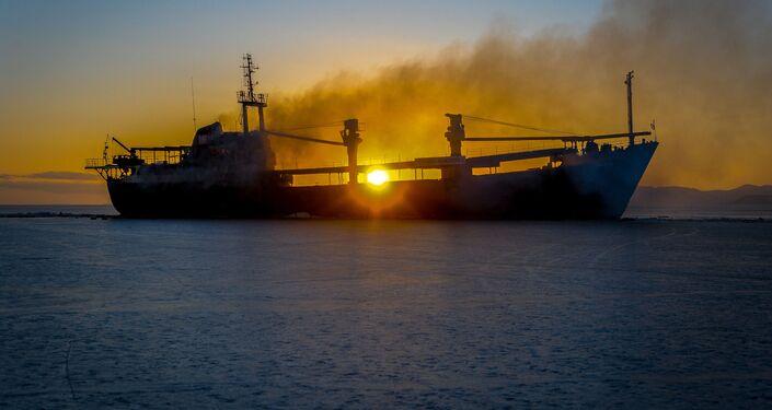 Yeruslan adlı gemi Amur Körfezi'nde yanıyor