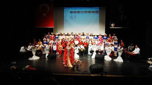 Nilüfer Kadın Korosu, şarkılarını Kızıl Ordu Korosu için söyledi. - Sputnik Türkiye