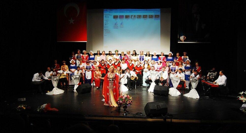 Nilüfer Kadın Korosu, şarkılarını Kızıl Ordu Korosu için söyledi.