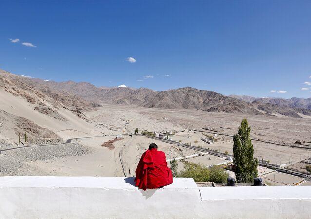 Hindistan'ın Himalayalar'daki Ladakh bölgesinde genç bir Budist rahip