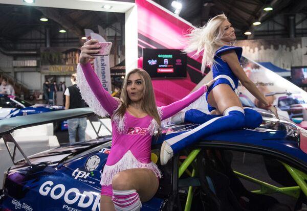 MotorsportExpo'da, Rusya'nın çeşitli kentlerinden Grid Girls'lerın sıcak dakikalar yaşatacak danslarını görmek mümkün olacak. - Sputnik Türkiye