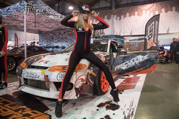 Motorsport Expo organizatörleri ziyaretçiler için birçok ilginç sürpriz hazırladı. Organizatörler, yarışlarda pilotlara eşlik eden ve kupaları çıkaran  Grid Girls'lerin dans savaşlarının konuklara hoş dakikalar yaşatacağından emin. - Sputnik Türkiye