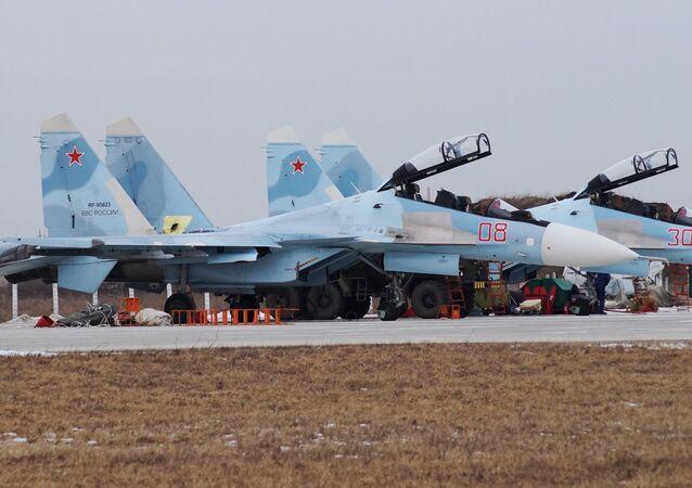 Su-30SM avcı uçakları antrenmana hazırlanıyor.