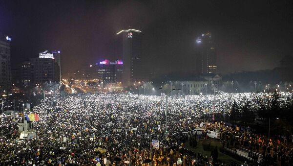 Romanya'da yüz binlerce kişi hükümeti istifaya çağırdı - Sputnik Türkiye