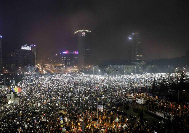 Romanya'da yüz binlerce kişi hükümeti istifaya çağırdı