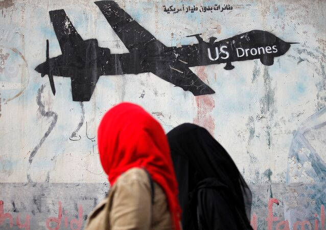 Yemen'de kadınlar drone çizimlerine bakıyor