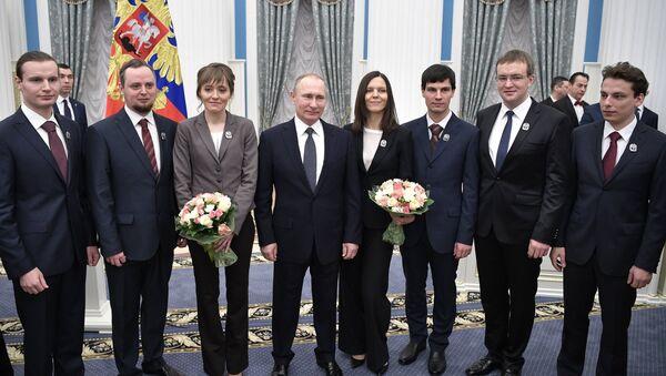 Putin, Kremlin'de genç bilim insanlarına ödül verdi - Sputnik Türkiye