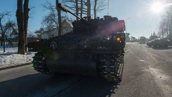 Letonya'da NATO savaş araçları ve silahlar gösterişinde FV107 SCIMITAR keşif makinesi. - Sputnik Türkiye