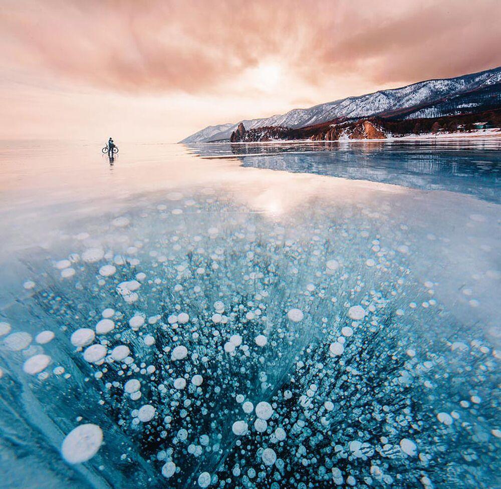 Buzla kaplanan Baykal Gölü.
