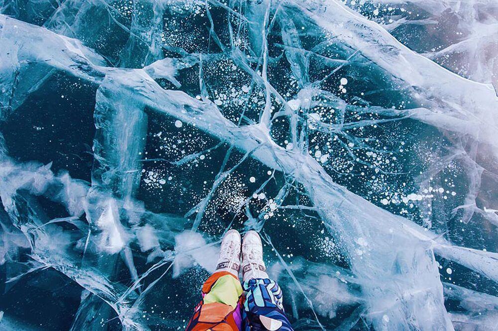 Bundan başka, Baykal Gölündeki buz saydam olduğu için güneş ışığını alıyor.