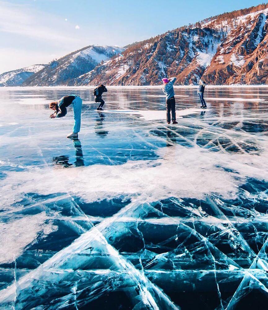 Kışın sonuna doğru Baykal Gölü'nde buz kalınlığı 1 metreye ulaşıyor, körfezlerinde ise 1,5-2 metre oluşturuyor.