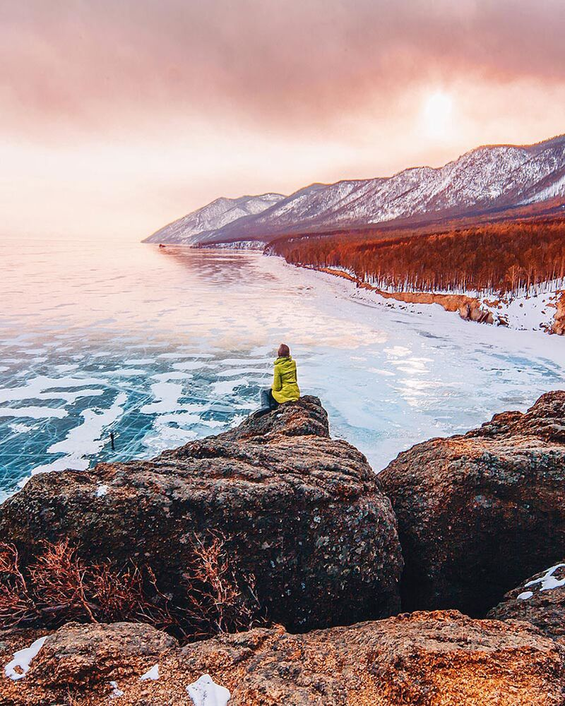 Kışın Baykal Gölü Angara Nehri'nin doğduğu yerinde bulunan uzunluğu 15—20 km olan bölgeden başka tamamen donuyor.