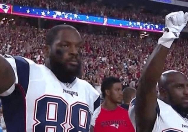 New England Patriots oyuncuları Martellus Bennett ve Devin McCourty