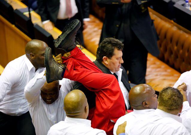Güney Afrika'da muhalif milletvekilleri meclisten kovuldu