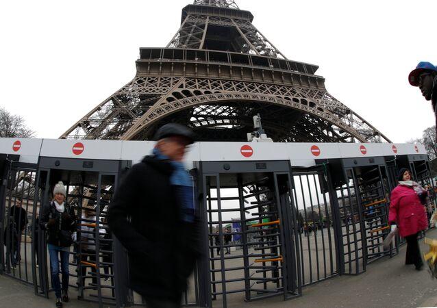 Terör saldırılarına karşı cam bir duvarla korumaya alınacağı açıklanan Eyfel Kulesi