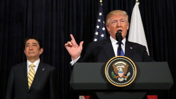 Donald Trump ve Şinzo Abe - Sputnik Türkiye