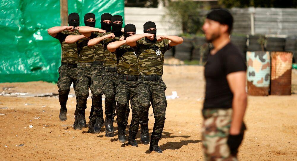 Gazze'de Hamas'a bağlı Filistin Ulusal Güvenlik Güçleri üyeleri askeri mezuniyet töreninde yeteneklerini sergiliyor