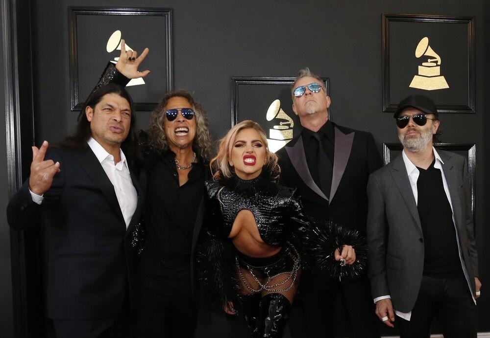 Grammy Ödülü Törenine katılan Lady Gaga ve Metallica üyeleri.