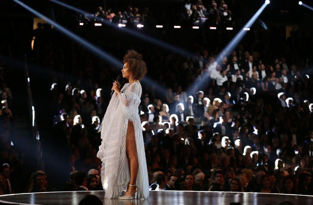 Grammy Ödülü Törenine katılan ünlü şarkıcı Solange.