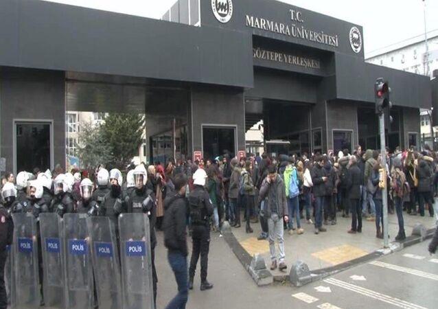 Marmara Üniversitesi önünde akademisyenlerin ihracını protesto eden gruba, ülkücü grup saldırdı