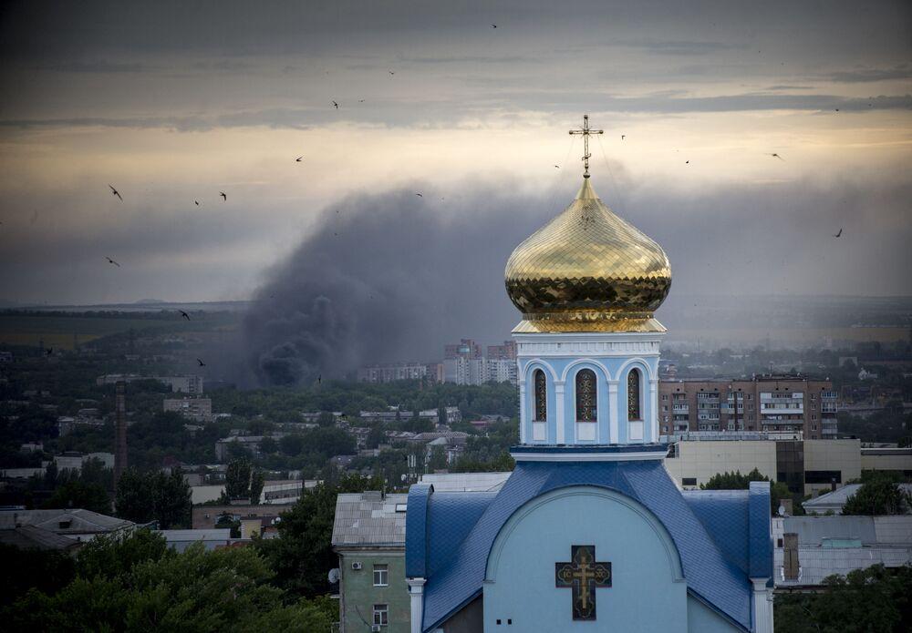Lugansk'a topçu saldırısından sonra çıkan yangın.