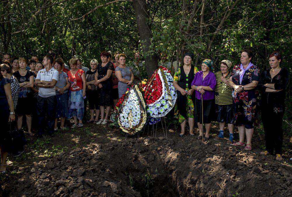 Lugansk bölgesinin Çernuhino köyünde ölen milisin cenaze töreni.