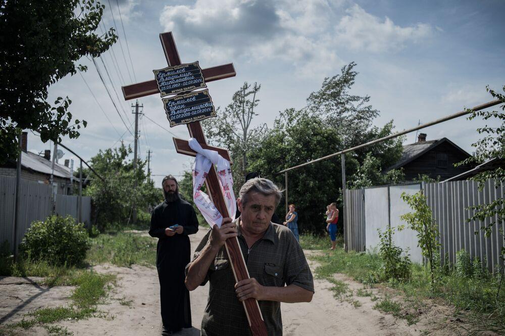 Luganskaya kasabasında ölen Vanya Yermilov'un cenaze töreni.